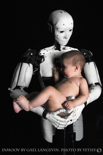 le robot porte un bébé